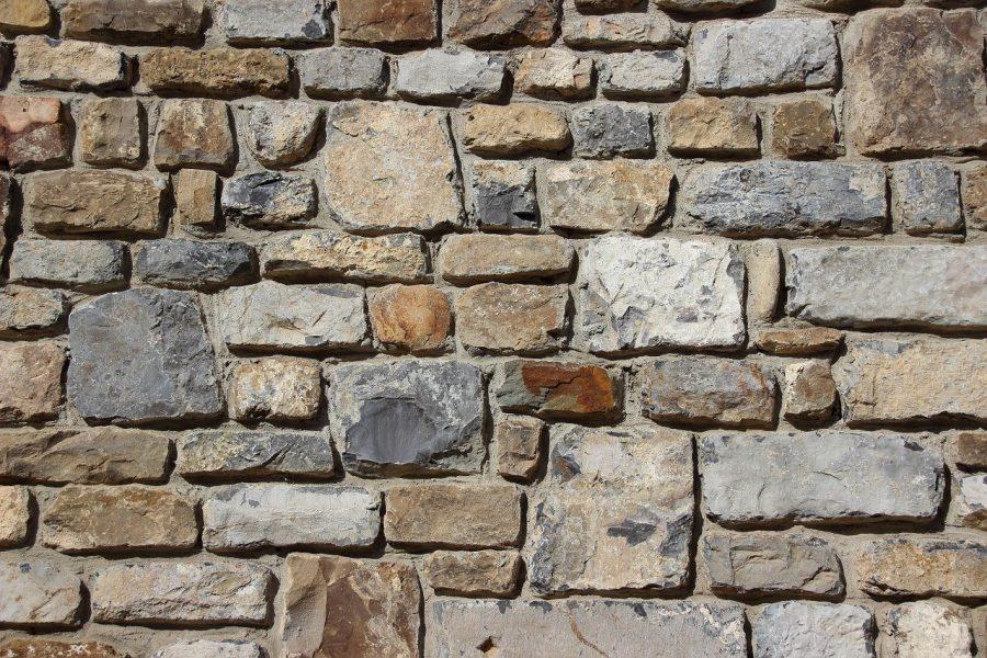 Un soggiorno con una parete di pietra